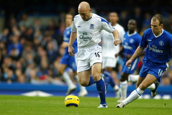 Thomas Gravesen bursts forward