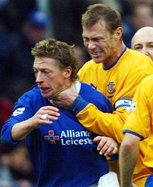Everton's Duncan Ferguson (R) throttles Leicester City's Steffen Freund (L) after being sent off during their English premier league soccer match at the Walkers Stadium, Leicester, March 20, 2004. NO INTERNET/ONLINE USAGE WITHOUT FAPL LICENCE