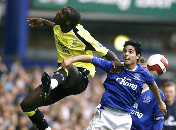 Everton v Manchester, Man City's Micah Richards challanges for a header with Everton's Mikel Arteta
