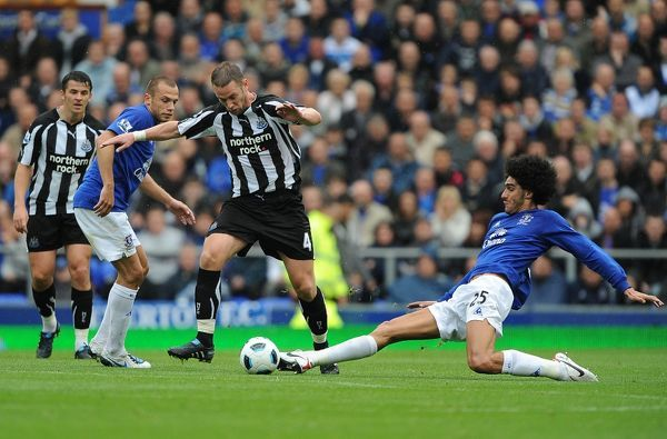 Newcastle United's Kevin Nolan (centre) is challenged by Everton's Marouane Fellaini (right)