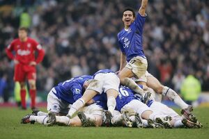 The Everton team pile on Lee Carsley after his goal